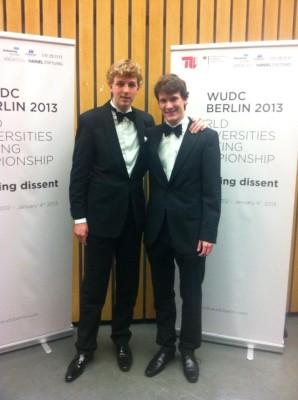 Lucas Danco und Jan Ohmstädt auf dem Abschlussabend der WUDC (c) Privat
