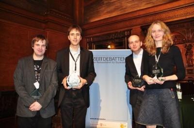 Die strahlenden Sieger und der Bester Redner des Finales der ZEIT DEBATTE Hamburg (Foto: DC Hamburg).
