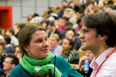 Isabelle Fischer auf den Weltmeisterschaften im Gespräch mit Niels Schröter (c) WUDC Berlin 2013