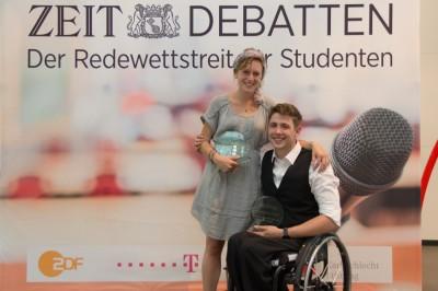 Die neuen Deutschsprachigen Debattiermeister: Christina Schörder (l.) und Philip Schröder (r.). (c) Henrik Maedler