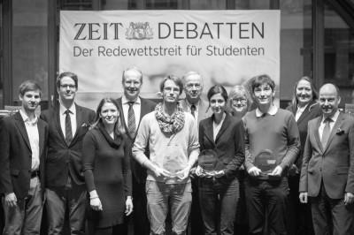 Sieger Nikos Bosse (5.v.l.) und Lennart Lokstein (3.v.r.) mit Pegah Maham (5.v.r) im Kreise der Ehrenjury (c) Katharina Koerth