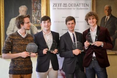 Die Süddeutschen Meister v.l.: Nikos Bosse, Lennart Lokstein und Jan Ehlert (rechts), mit Lennart Benz als bestem Finalredner.