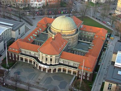 Foto von Merlin Senger https://upload.wikimedia.org/wikipedia/commons/f/fd/UniHHHauptgebaeude.jpg By (http://www.gnu.org/copyleft/fdl.html