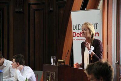 Debattiererin hält eine Rede